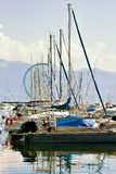 Marina med yachter på sjöGenève i Lausanne Schweiz Arkivbild
