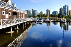Marina och reflexioner av Vancouver horisont Arkivbilder
