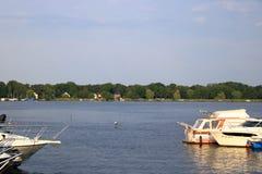 Marina och sändningsport på den soliga dagen Werder/Havel, Potsdam, Brandenburg, Tyskland royaltyfria bilder