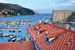 Marina och tak i gammal stad av Dubrovnik Royaltyfri Foto