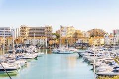 Marina pełno luksusowi jachty w turystycznym Vilamoura, Algarve, obraz royalty free