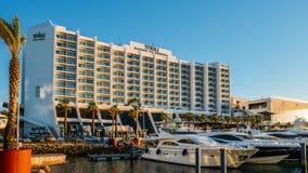 Marina pełno luksusowi jachty w turystycznym Vilamoura, Quarteira, Algarve, Portugalia obrazy royalty free