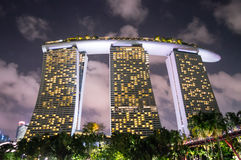 Marina piasków Podpalany hotel w kurorcie w Singapur przy nocą Obrazy Royalty Free