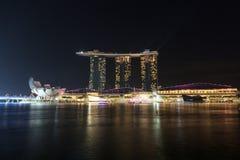 Marina Podpalani piaski hotelowi przy nocą z światłem i laserowym przedstawieniem w Singapur Fotografia Royalty Free