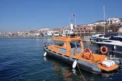 Marina pour des yachts et des bateaux, vues de ville Photos stock