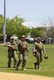 Marina statunitense non identificata s dal gruppo di EOD dopo la dimostrazione di contromisure di miniera durante la settimana 20 Fotografia Stock