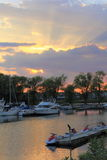 Marina Sunset med yachter och Watercrafts Arkivbild