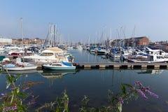 Marina Weymouth Dorset Reino Unido com barcos e iate em um dia de verão calmo Foto de Stock Royalty Free