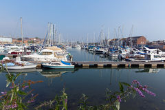 Marina Weymouth Dorset UK med fartyg och yachter på en lugna sommardag Royaltyfri Foto