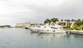 marina zakotwiczający jachty Żaglówki schronienie, wiele cumujący żagli jachty w porcie morskim, nowożytny woda transport, lato w Zdjęcia Royalty Free