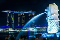 Marinabaysand buildind på Singapore med Merlion Royaltyfri Foto
