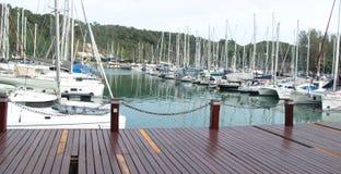 Marinabryggan med seglar fartyg nära kullebakgrund royaltyfria foton