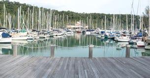 Marinabryggan med seglar fartyg nära kullebakgrund arkivbilder