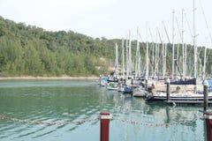 Marinabryggan med seglar fartyg nära kullebakgrund fotografering för bildbyråer