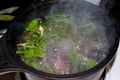 Marinade von einer Vielzahl von frischen Kräutern in einer kleinen Kasserolle zu Hause kochen stockfoto