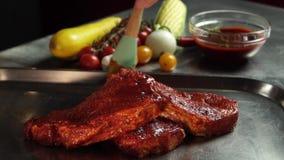 Marinade voor Volledige HD 50 fps van het Varkensvleeslapje vlees stock videobeelden