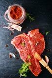 Marinaden-Pulver auf Frischfleisch Stockfoto