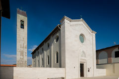 MARINADI PISA, ITALIEN - Avril 24, 2017: Sikt av kyrkan, Mari arkivfoton