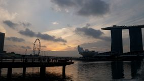 Marinafjärd i den Singapore staden på solnedgången med moln, tidschackningsperiod stock video