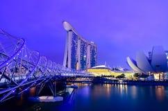 Marinafjärdsander och spiralbro i skymningtid Fotografering för Bildbyråer