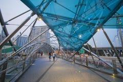 MARINAFJÄRDSANDER, SINGAPORE OKTOBER 12, 2015: Spiralbron I Arkivbild