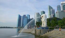 Marinafjärdstrand med horisont för den Merlion staty- och Singapore staden under dagen Arkivfoton