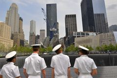 Marinai degli Stati Uniti al memoriale del World Trade Center 9-11 Immagini Stock