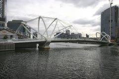 Marinai moderni ponte e paesaggio urbano costiero dei grattacieli sul fiume di Yarra fra il molo ed i Docklands del sud, Melbourn fotografia stock libera da diritti