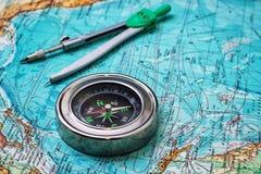 Marinaio antiquato della bussola sulla mappa topografica Immagini Stock Libere da Diritti