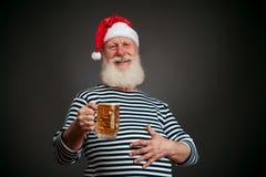 Marinaio bello marinaio Il Babbo Natale con birra Fotografie Stock Libere da Diritti