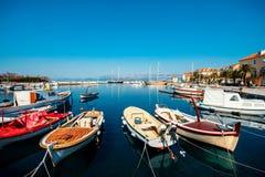 Marinaio con le barche nella città Supetar Immagine Stock Libera da Diritti