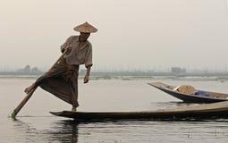 Marinaio nel birmanie sul lago Inle Fotografie Stock