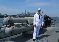 Marinaio non identificato sulla piattaforma del distruttore USS Bainbridge del missile teleguidato degli Stati Uniti durante la s fotografia stock