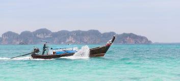 Marinaio Steering una barca Immagini Stock