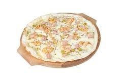 Marinara pizza na round tnącej desce odizolowywającej na białym tle fotografia royalty free