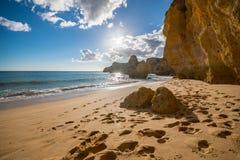 Marinastrandsolnedgång, söder av Portugal royaltyfri fotografi