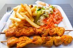 Marinated烤了在BBQ样式的鸡服务用炸薯条和沙拉 库存图片