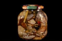 Marinated грибы на черной предпосылке стоковое фото
