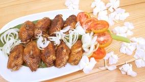 Marinated зажаренные крыла цыпленка и овощ на древесине Стоковые Фото