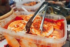 Marinated овощи и сыры в соусе Фестиваль еды и мяса улицы стоковое фото
