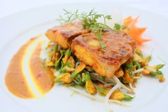 Marinated рыба Basa с 5 пряным & Dien Dien цветет Стоковые Изображения RF