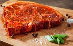 Marinated стейк мяса для bbq, свиной отбивной на деревянной прерывая доске Стоковое Изображение