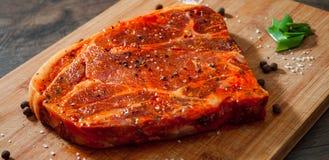 Marinated стейк мяса для bbq, свиной отбивной на деревянной прерывая доске Стоковые Фото