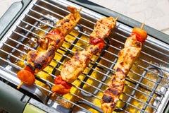 Marinated brochette цыпленка на электрическом барбекю стоковое фото rf