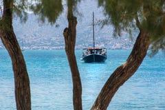 Marinblått fartyg på det blåa vattnet Fotografering för Bildbyråer