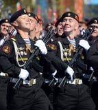 Marine 336 afzonderlijk Th bewaakt Bialystok-brigade van de Baltische vloot bij de generale repetitie van parade op rood vierkant stock fotografie
