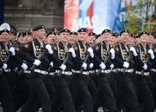 Marine 336 afzonderlijk Th bewaakt Bialystok-brigade van de Baltische vloot op het rode vierkant tijdens de parade ter ere van Vi royalty-vrije stock foto