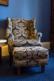 Marine-Blau-Gelb-Paisley-Beschaffenheits-Lehnsessel-Aufenthaltsraum-Schemel-Luxus lizenzfreie stockbilder