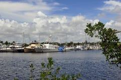 Marine Boats Framed door Bomen Stock Afbeeldingen