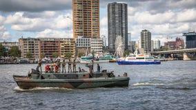 Marine Corps bär ut ett ingripande på skeppsvängbara hjulet royaltyfri foto